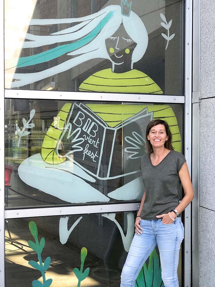 foto Annelies Fraeyman bij raamtekening voor 20 jaar feest bibliotheek in Oostende - illustra'lies